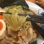 にく次郎 - 熟成醤油肉そば 味玉入り(780円)麺リフト