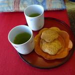 菓心 あづき庵 - サービスのお茶とお菓子