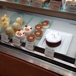 ジョリ・クレール - ケーキもたくさん売られてますね