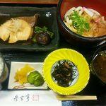 岩戸屋 - 伊勢志摩産とれたて鮮魚のおすすめ定食(伊勢うどん付)1,300円(税込)ブリの煮物、ミニ伊勢うどん、青さの赤だし等々