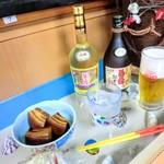 沖縄そば専門店 和 - 貝殻が見えるカウンターでゆっくりとしたお時間を。