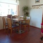 餃子の花家 - 明るい窓際のテーブル席
