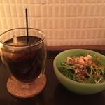 OMISE - 水菜と人参のミニサラダ、アイスティー