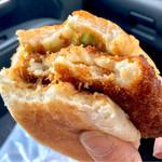 吉田菓子舗 - ソース、コロッケ、パン、キャベツのバランスが良い美味しいコロッケパン♫