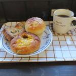 ブーランジェリー アボンリー - 焼きカレーパン タコスチーズパイ クリームパン&コーヒー