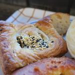 ブーランジェリー アボンリー - 焼きカレーパン タコスチーズパイ クリームパン2