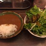 ナンクルナイサ きばいやんせー - カレーとサラダ
