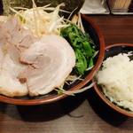 一刀家 - 豚骨醤油(トッピング:チャーシュー、ネギ)