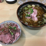 63855621 - 「煮干しラーメン(青)」550円と「ローストビーフ丼 小」300円