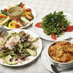 ラッコント - もりもりサラダ各種とオニオングラタンスープです。バーニャカウダが人気!!