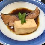 お食事処 磯の坊 - ブリ切り身の煮付け❗️お豆腐も旨旨〜❗️