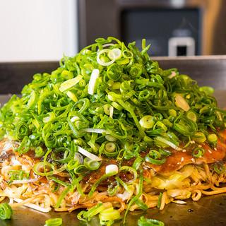 広島から直送したこだわりの食材で味わえるお好み焼き