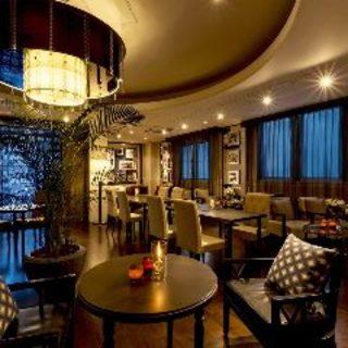 旧勧銀の建物をリノベートしたクラシカルモダンのレストラン