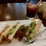ヒロコーヒー - 生ハムとバジルのサンドイッチとアイスコーヒーです♪