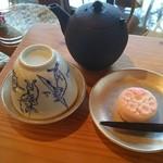 富士屋 花筏 - ほうじ茶と和菓子のセット