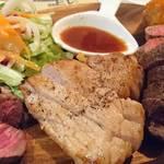 パテ屋 - 肉盛りステーキプレート   別アングル
