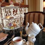 ドリーマーズ・ラウンジ - 紅茶が抽出されたらポットを起こします