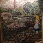 ドリーマーズ・ラウンジ - 階段踊り場のアリスのモザイク画を通ってロビーへ