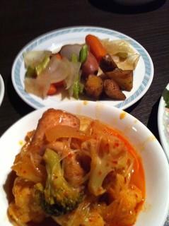 アラビアン酒場 ココブランカ - 奥:骨付きソーセージのポトフっぽい物。 手前:鶏肉と野菜のトマト煮っぽい物
