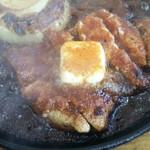 金寿司 地魚定 - 鉄板の上でマグロがジュージューと音をたてます。