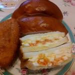 志津屋 - 上から時計回りに、とろとろのクリームがたっぷり入ったクリームパン✖2、茹で玉子の食感を残した玉子サンド、カリカリのカレーパン♪