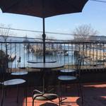 港町珈琲店 - テラスからは潜水艦と艦船が見えます。