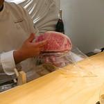 肉屋 雪月花 NAGOYA - №12の説明をしてくれる田中オーナー