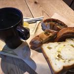 トーチドットベーカリー - モーニングビュッフェ540円からホットコーヒーとパン4種セレクト