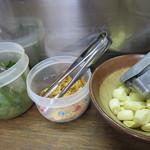 ふくちゃんラーメン - 卓上のトッピング達。 珍しいのは、生ニラの辛味和えがあることです。