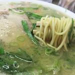 63908154 - 麺はオーソドックスな博多ラーメンよりちょい太めです。