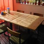 ガーリックハウス - テーブル席