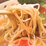 63912935 - 博多の細麺より少し太めの麺です