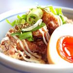 東京発祥豚骨ラーメン 哲麺縁 - 人気の唐揚げ丼です。味玉も乗ってダブルでおいしい。