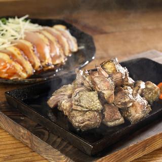 【看板料理】黒さつま鶏の旨さが伝わる「炭火焼」と「たたき」