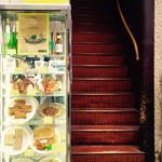 銀座ブラジル - 入り口の階段とショーケース