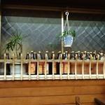 しろきや食堂 - 壁際にキープボトルがたくさん。夜は洋食パブ?のようになるのかも。