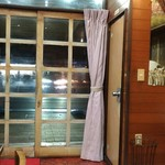 しろきや食堂 - 真ん中テーブルから入口方向。横手にお手洗。お店はセブンイレブンの向いです。