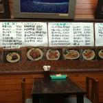 しろきや食堂 - 真ん中テーブルから壁方向 メニューと料理写真