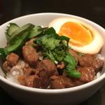台湾キッチン かのか - ミニ魯肉飯 500円。本当は卵1/4らしいのだが私が行った火曜日は混んでもいないし、コンスタントに注文でないと見込まれたのだと思う。ちょっと油っこかったけど味は上品でおいしい。