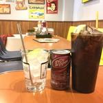 SUN DOVE DINER - 右が巨大なコーラ(120円)