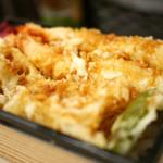 天ぷら 天喜代 - 具材がはみ出るボリューム