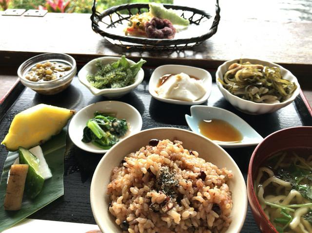 山の茶屋 楽水 - ★★★☆ 玄米、小鉢、麺、天ぷら、どれも美味しいです