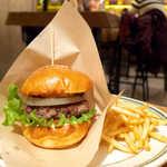 8LOUNGE - 燻製パテバーガー(¥1280)。パテの肉感はもちろん、オニオンのサクサク感もいい。ポテトはクリスピー