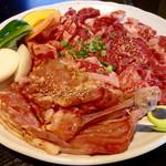 焼肉 やまと - 「ファミリーセットB」(3〜4人前、3980円)。イカと鶏ももが選べる。今回は鶏もも(骨つき)で、焼いた後にハサミで切る。写真以外に塩タンも付いている。