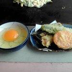 ぐうちょきぱあ - サービスで提供された天ぷらと焼きそば用玉子
