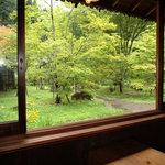 花郷庵 - 窓から庭を眺めての食事