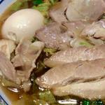 どうとんぼり神座 - 煮玉子と肉とチャーシュー。