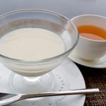 スーツァンレストラン陳 - 杏仁豆腐とジャスミン茶