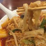 日昇 四川菜館 - 麺は太くて短いモチモチ麺