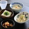 越路屋豆腐店 - 料理写真:手前左から時計周りで ①大豆煮 ②絹豆腐 ③くみ湯葉 ④卯の花